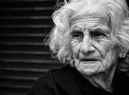 Anziani soli, resta un unico diritto: morire in silenzio