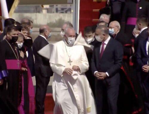 Francesco è arrivato in Iraq, pellegrino di pace nella terra di Abramo.